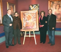 Mr and Mrs Álvarez del Manzano, her daughter Mónica and Urbano Galindo with the portrait of their granddaughter Rocío at an exhibition of the artist