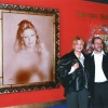 Baronesa Thyssen junto a su retrato y Urbano Galindo en una exposición del artista