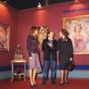 S M la Reina Doña Sofia, S M la Reina Doña Letizia y Urbano Galindo junto al retrato de Doña Sofía en una exposición del artista