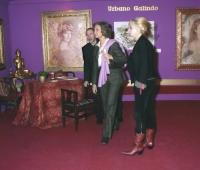 S M la Reina Doña Sofía, Urbano Galindo y su mujer Mª Eugenia en una exposición del artista