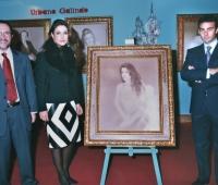 Paloma Cuevas, su marido el torero Enrique Ponce y Urbano Galindo con el retrato de ella en una exposición del artista
