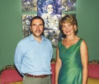 Esperanza Aguirre, Presidenta de la Comunidad de Madrid y Urbano Galindo, junto al Retrato-Escultura de la Reina Noor de Jordania