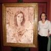 Elvira Fernández de Rajoy junto a su retrato realizado por Urbano Galindo